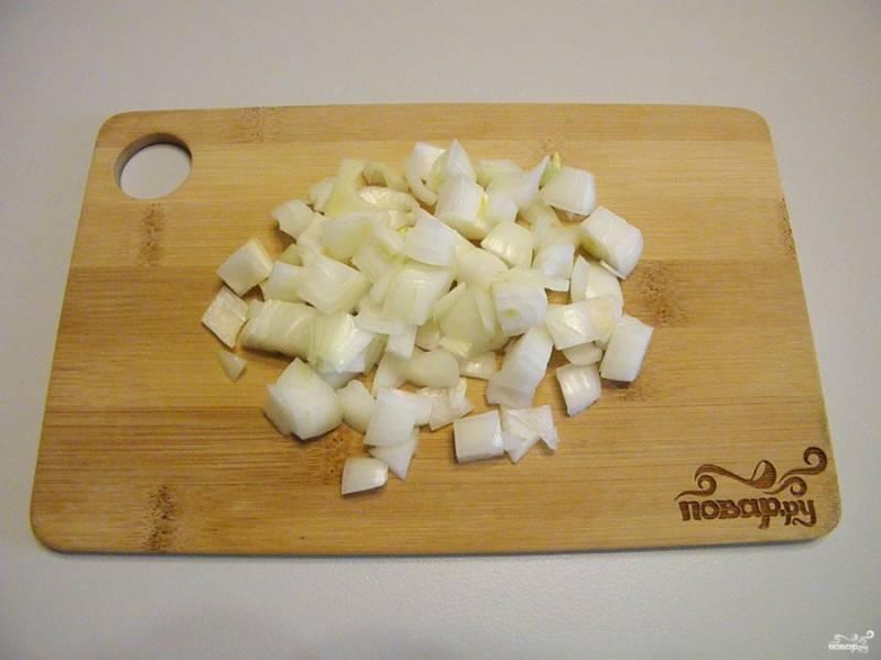 Очищенный лук порежьте кубиками не большого размера, как баклажаны.