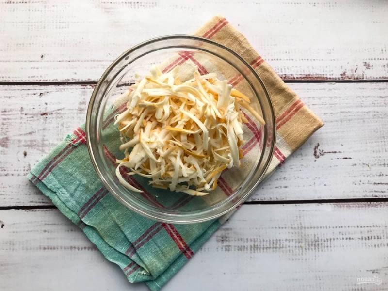 Сыр натрите на средней терке.