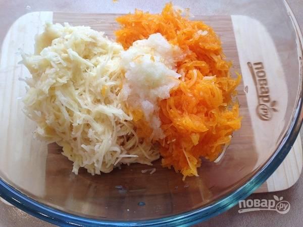 2. На средней терке натираем картофель, тыкву и лук.