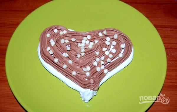 7.Соберите тортик, чередуя слои безе и шоколадного крема. По желанию, добавьте белые шоколадные капли.