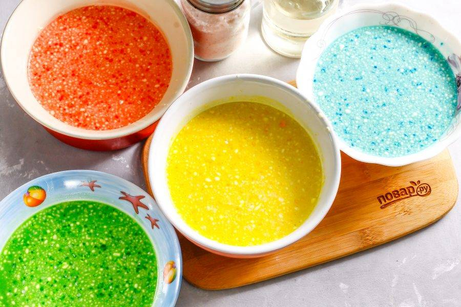 Аккуратно перемешайте все цвета, промывая вилку или венчик каждый раз.