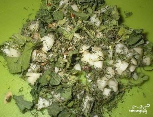 6. Нарезаем мелко чеснок с зеленью и перемешиваем их.