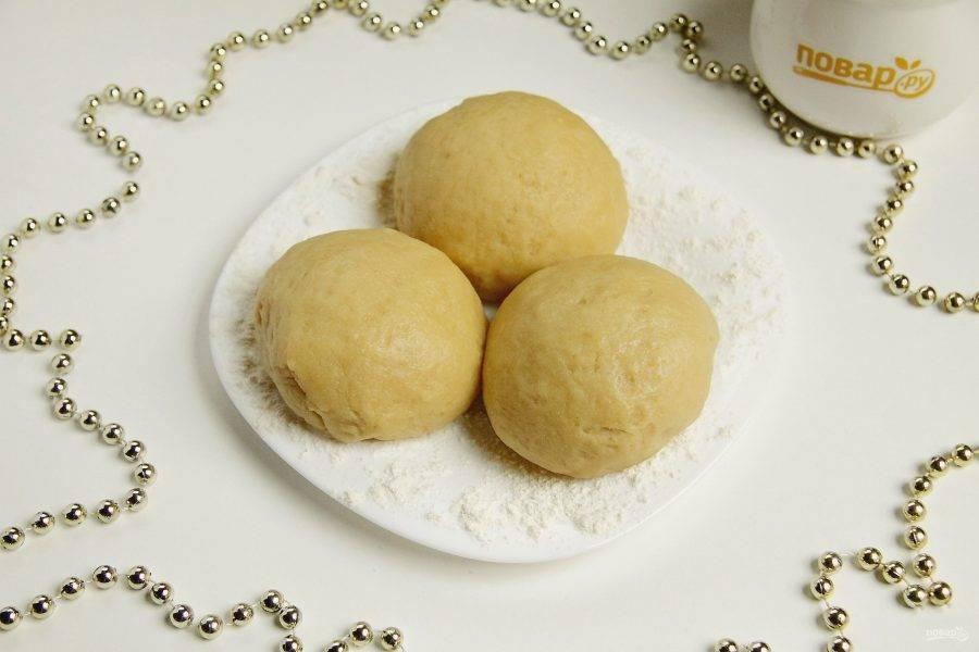 Разделите тесто на три равные части, сформируйте колобки и переложите их на присыпанную мукой плоскую тарелку. Уберите в холодильник на 30 минут.
