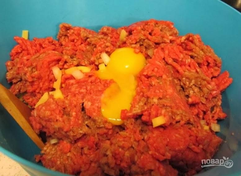 Картофель почистите, потрите на крупной терке. Добавьте фарш, яичный желток, посолите и поперчите. Добавьте молоко и перемешайте все до однородности.