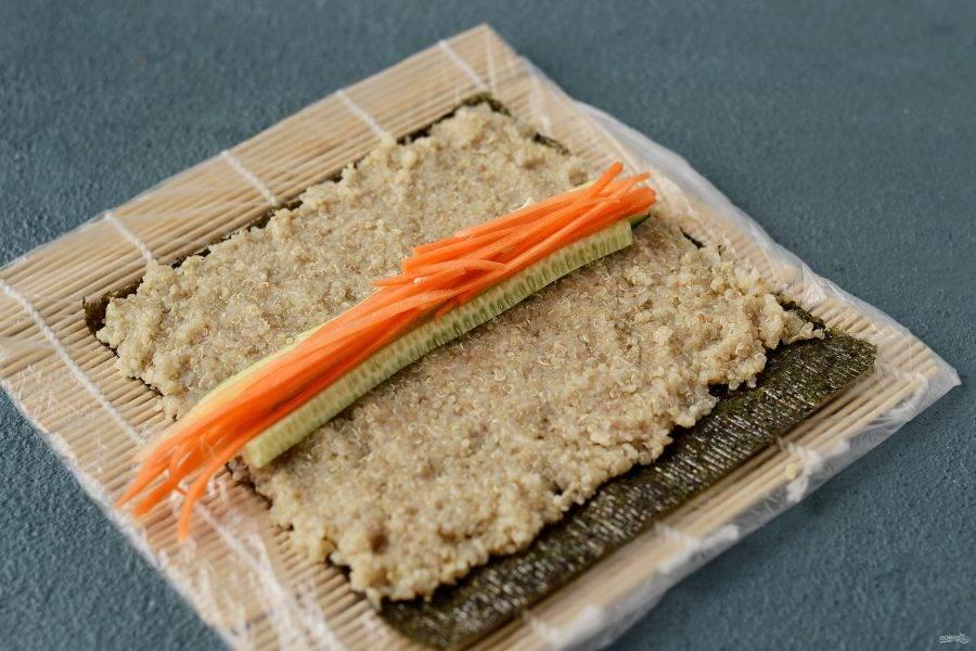 В середину выложите подготовленную начинку из овощей и творожного сыра.