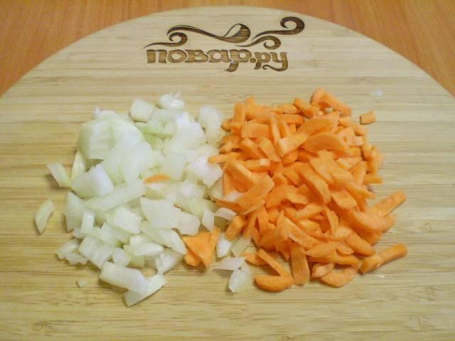 Порежьте мелко лук и морковь. Поставьте воду для супа закипать.