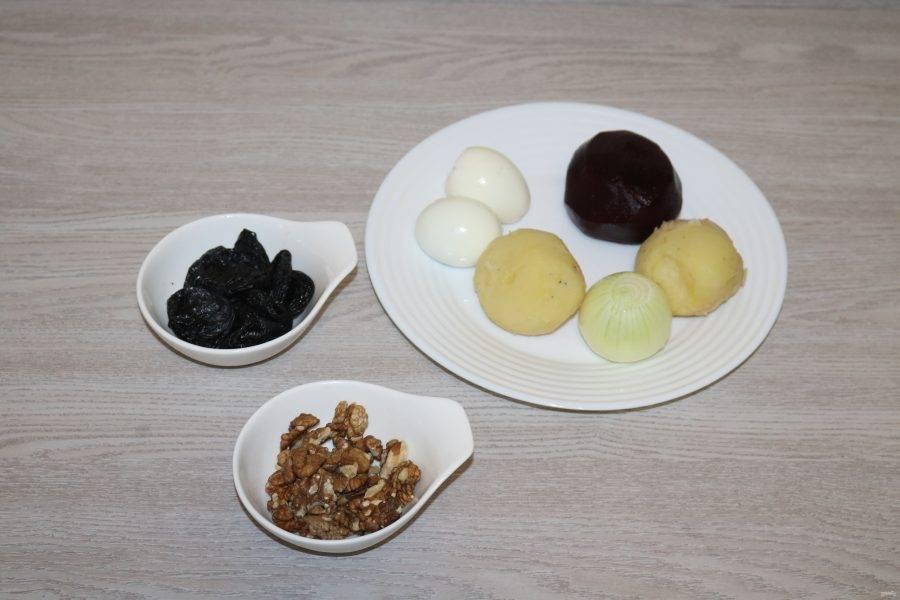 Подготовьте ингредиенты. Овощи и яйца отварите до готовности, остудите и почистите.
