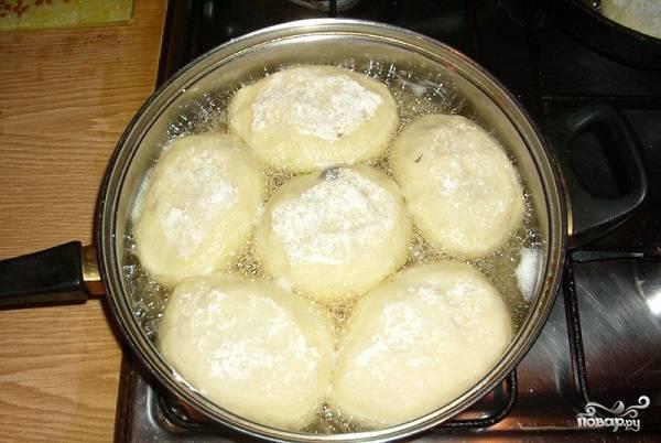 11. Жарьте на среднем огне до румяной корочки. После переложите пирожки на бумажную салфетку, убрав остатки масла, и можно подавать к столу.