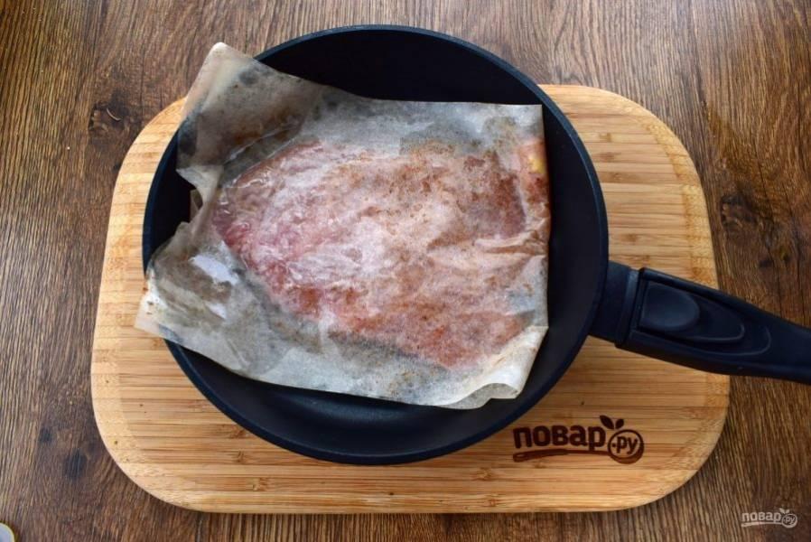 2. На сухой сковороде обжарьте куриную грудку в пергаменте с двух сторон по 3-4 минуты с каждой. Остудите.
