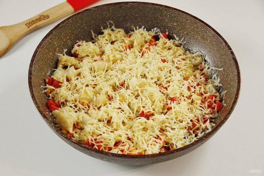 Посыпьте сверху все тертым сыром, накройте сковороду крышкой и на небольшом огне готовьте около 5 минут.