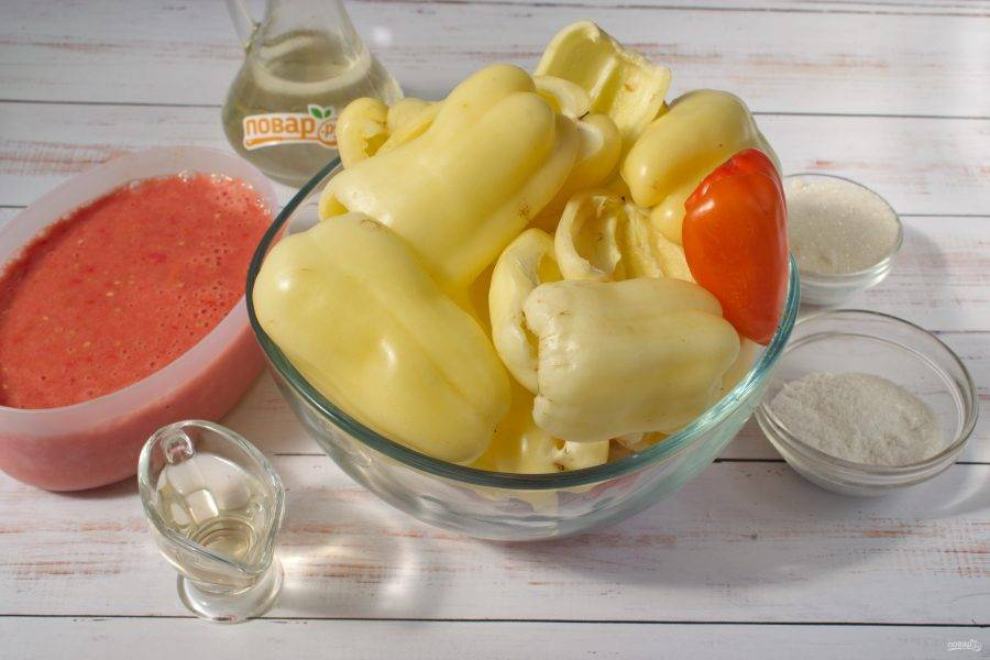 Помидоры прокрутите через  мясорубку. В томатный сок добавьте соль, сахар, уксус и растительное масло.