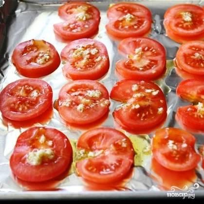 Противень застилаем фольгой, выкладываем на него помидоры, сверху сбрызгиваем масляной смесью.