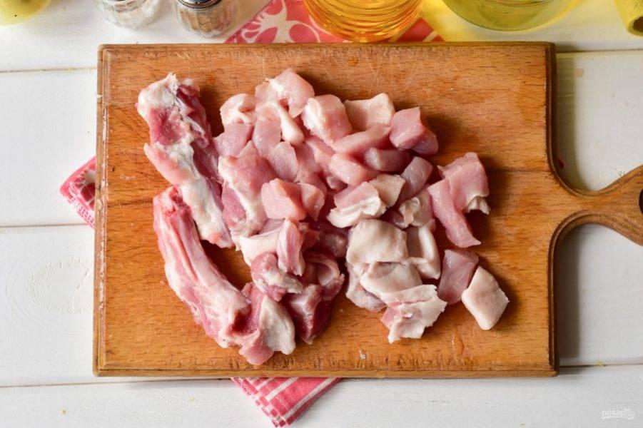 Мясо нарежьте на средние по размеру кусочки.