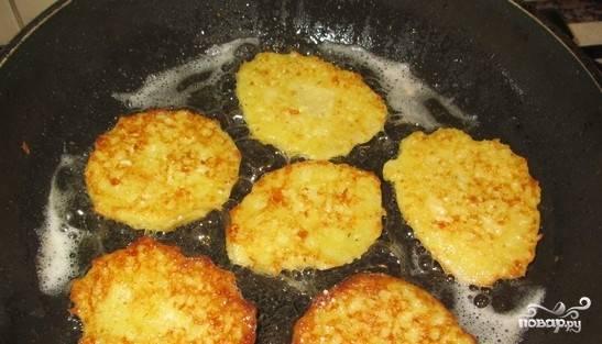 4. Разогрейте сковородку. Влейте растительное масло. Драники выкладывайте ложкой в горячее масло. Обжаривайте с двух сторон, аккуратно переворачивая лопаткой.