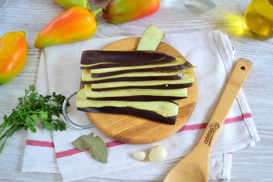 Баклажаны промойте, нарежьте тонкими пластинами толщиной не более 5-6 мм.