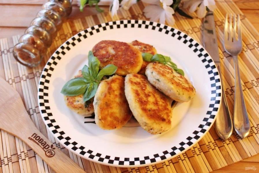 Куриные котлеты с базиликом готовы. Подавайте к столу с любым гарниром.
