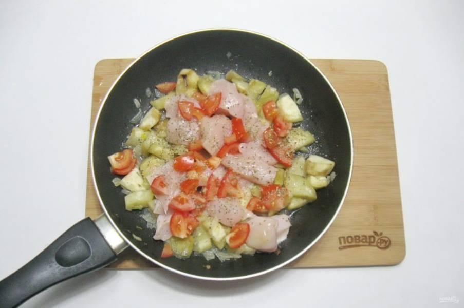 Посолите, поперчите. Накройте сковороду крышкой и тушите курицу с овощами 10 минут, перемешивая.