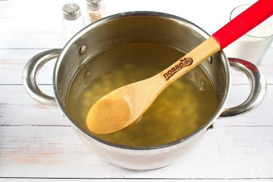 Картофель нарежьте мелким кубиком. Куриный бульон доведите до кипения, заложите в бульон лавровый лист, душистый перец, нарезанный картофель. Варите на медленном огне в течение 5 минут.