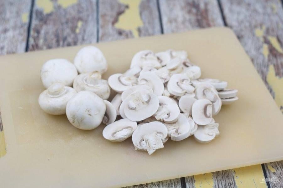 """1. Промойте и нашинкуй слайсами грибы. Отварите пасту в подсоленной воде до состояния """"альденте""""."""