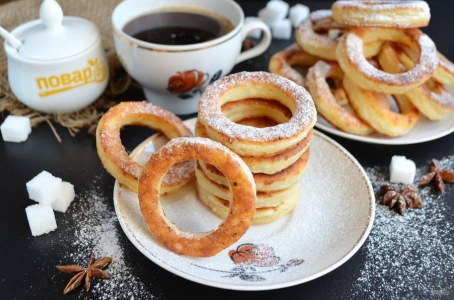 8. Подавайте калачи теплыми, слегка присыпав сахарной пудрой. Приятного!