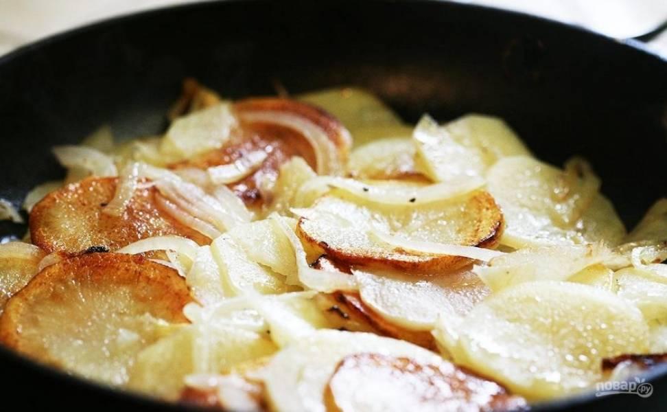 4.Добавьте еще столовую ложку масла и снова накройте сковороду крышкой, обжаривайте еще 5-10 минут и уберите сковороду с огня. Подавайте картошечку сразу, можно прямо в сковороде.