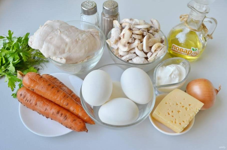 1. Подготовьте продукты. Сварите заранее и остудите морковь, куриное филе, яйца. Очистите лук, яйца и морковь.