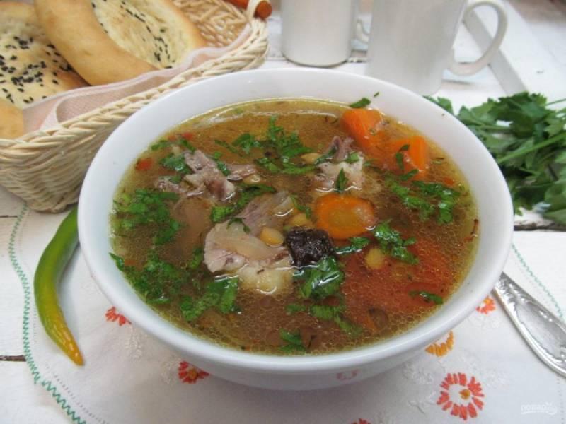 """Подаем суп с зеленью. Отдельно подайте сушеную мяту, сумах, лепешки """"Чурек"""" и много зелени."""