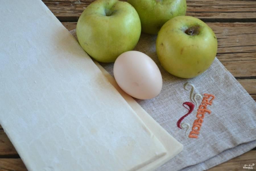 Подготовьте все необходимые ингредиенты. Тесто можете брать как слоеное дрожжевое, так и бездрожжевое, какое вам больше нравится.