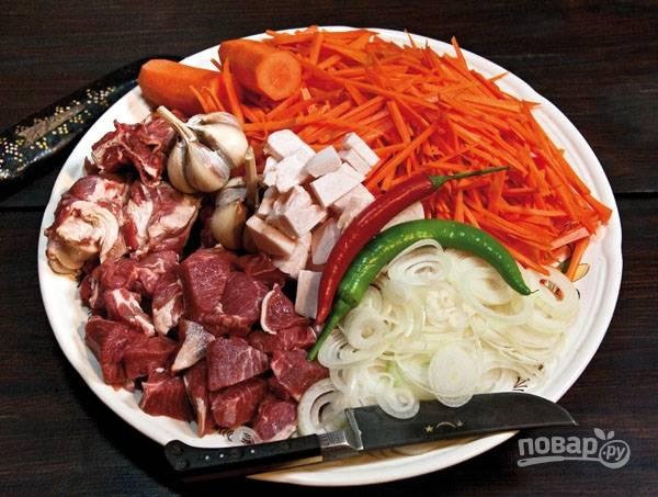 Подготовьте все ингредиенты. Мясо нарежьте кубиками, лук - полукольцами, морковь - соломкой.