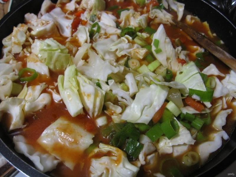 Далее добавьте капусту и измельченный зеленый лук.