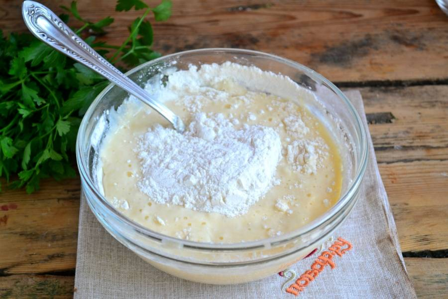 Всыпьте муку. В ингредиентах указано приблизительное количество муки, ее может понадобиться больше или меньше, зависит от густоты кефира и размера яйца.