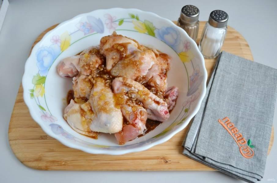 3. Перемешайте мясо с маринадом, уплотните руками. Затяните пищевой пленкой и уберите в холод минимум на 1 час для маринования, за это время можно встряхнуть пару раз.