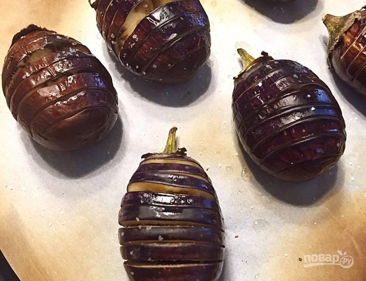 3. Смажьте баклажаны оливковым маслом, солью и перцем. Выпекайте в духовке в течение 10 минут, пока баклажаны не начнут смягчаться.