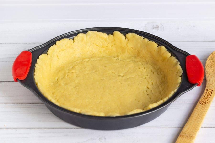 К этому времени наше тесто немного охладилось. Тесто из холодильника раскатайте в пласт (с учетом бортиков) для формы 22-24 см. Бортик должен быть высотой 2-3 см. Бортики можно растянуть пальцами прямо в форме.