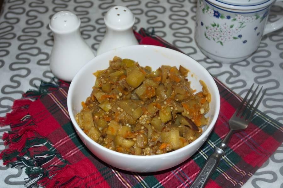 Можно добавить немного томата или воды. Тогда блюдо будет более нежным.  Доводим блюдо до готовности и подаем к столу.