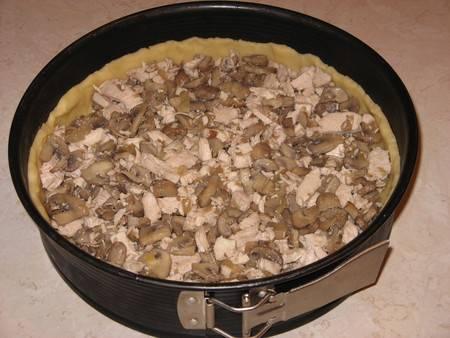 Начинка и заливка готовы, поэтому мы достаем из холодильника форму с тестом и равномерно выкладываем на нее начинку.