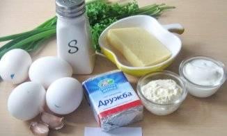 1. Такой рулет омлетный с плавленым сыром в домашних условиях станет отличным вариантом для завтрака, обеда и даже для праздничного стола.