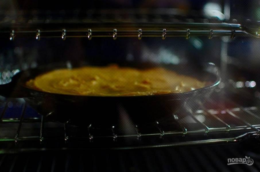 8.Отправьте пирог в разогретый до 180 градусов духовой шкаф на 25-30 минут.