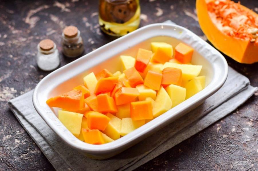 Подготовьте форму для духовки, переложите в нее тыкву и картофель.