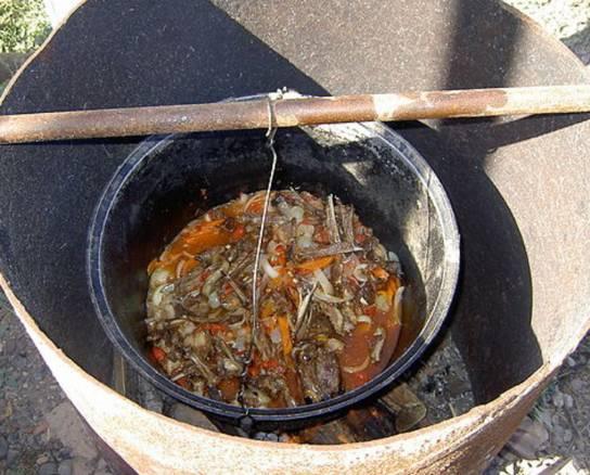 Добавляем в казан мясо. Уменьшаем огонь. Добавляем нарезанные помидоры и сладкий перец. Тем временем готовим маринад - килограмм порезанного полукольцами лука маринуем в уксусе и воде в соотношении 1 к 1 с солью и сахаром.