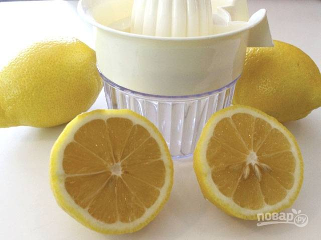 Выжмите сок лимонов, чтобы получить 60 мл.