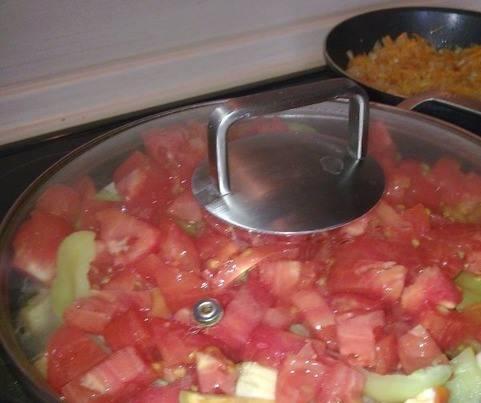 Крупно нарезаем томаты и добавляем к мясу. Когда закипит, добавляем туда же обжаренные морковь и лук. Также добавляем специи, соль и лавровый лист.