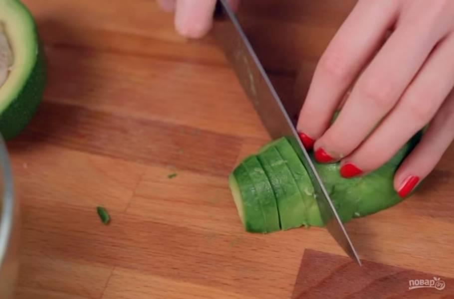 1. Все, что вам потребуется для приготовления этого салата, это нарезать фрукты и приготовить заправку. Авокадо разрежьте надвое, выньте косточку и выньте мякоть из шкурки. Нарежьте авокадо небольшими кусочками.