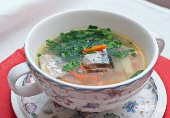 6.Добавляю в суп сливочное масло, солю и перчу по вкусу, кладу мелко нарубленную зелень и провариваю еще 2-5 минут. Готовый рыбный суп подаю обязательно горячим.
