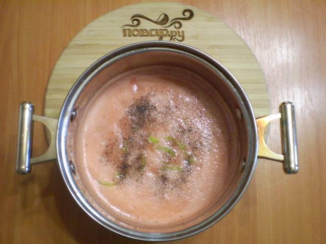 В томатный сок добавляем перец, соль, сахар по вкусу и щепотку перца черного молотого.