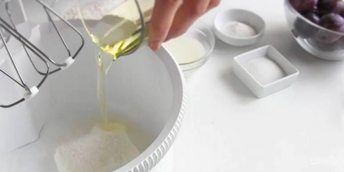 1. Приготовьте тесто: в чашу миксера выложите творог, сахар, растительное масло, молоко, ванильный сахар и соль. Перемешайте миксером до однородности.