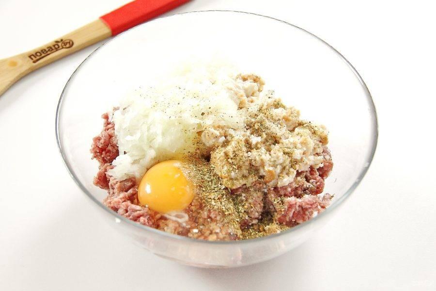 Фарш переложите в глубокую миску, добавьте к нему измельченный лук, яйцо, соль, специи по вкусу, замоченный и отжатый хлеб.