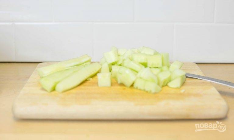 3.Вымойте огурцы и очистите их от кожуры, затем нарежьте небольшими кубиками.