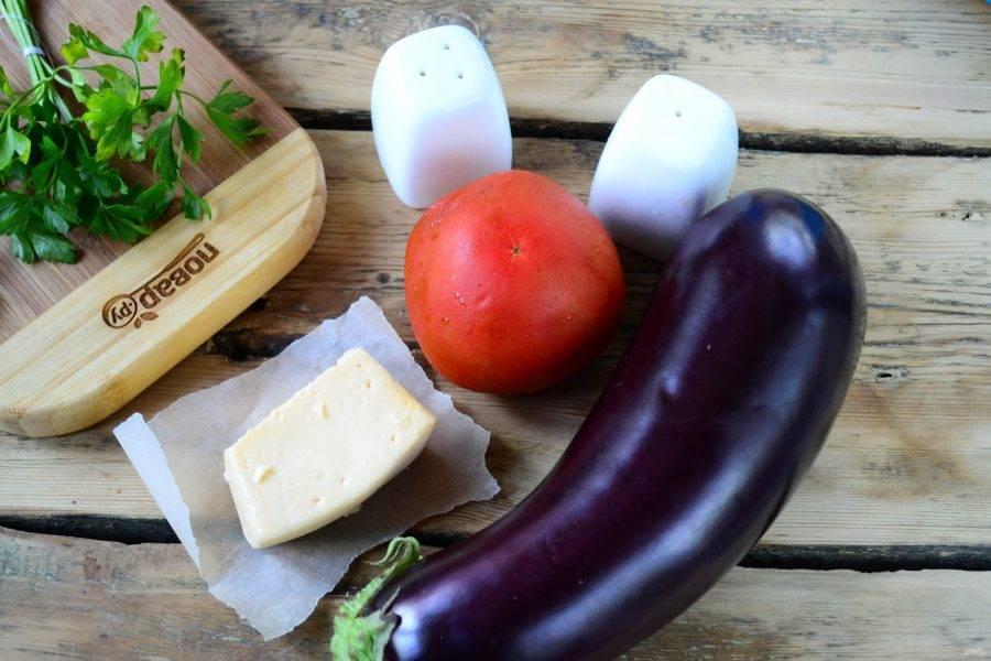 Подготовьте все необходимые ингредиенты. Чеснок очистите от шелухи, баклажан и помидоры ополосните.