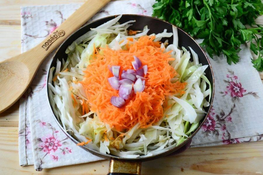 В сковороде разогрейте подсолнечное масло, добавьте капусту и тушите на медленном огне, пока капуста не станет довольно мягкой (на это уйдет примерно 20 минут). Затем добавьте лук и морковь, готовьте еще 10 минут.
